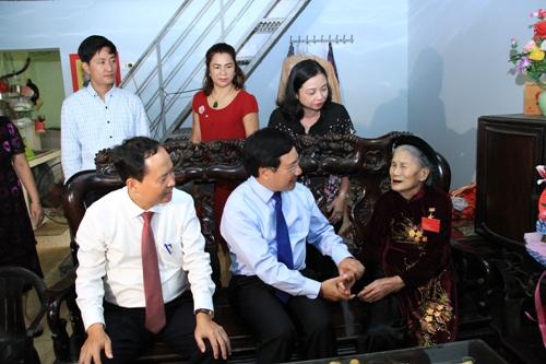 Phó Thủ tướng Chính phủ Phạm Bình Minh thăm và tặng quà người có công tại tỉnh Thanh Hóa.