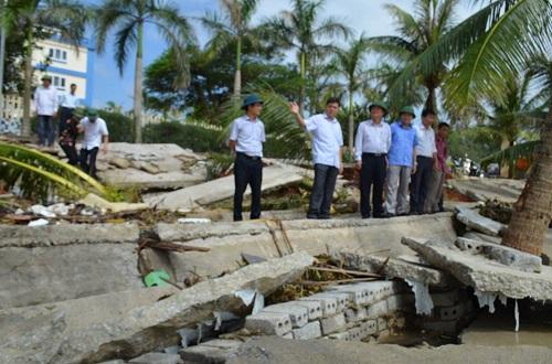 Thứ trưởng Bộ Y tế Phạm Lê Tuấn kiểm tra công tác khắc phục thiệt hại sau bão số 10 tại xã Hải Tiến
