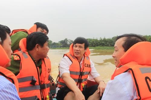 Chủ tịch UBND tỉnh Nguyễn Đình Xứng kiểm tra công tác khắc phục hậu quả sau mưa lũ.