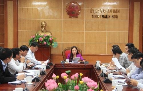 Phó Chủ tịch UBND tỉnh Lê Thị Thìn nghe báo cáo tình hình triển khai 10 dự án lớn tại Khu kinh tế Nghi Sơn.